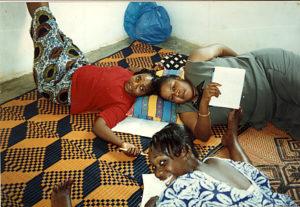 Les premiers temps de AJE au Sénégal où les nattes étaient un soutien pédagogique important.